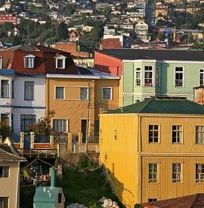 Las casas de colores dispuestas en cerros son tradicionales de Valparaíso.